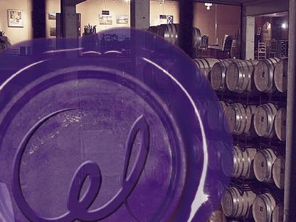 barricas de vino en una bodega con el logotipo de ccl certificación
