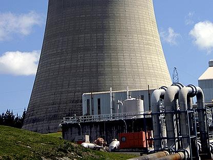 instalaciones industriales con chimeneas emitiendo carbono