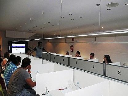experto explicando panel de cata y su importancia en la comercialización de productos