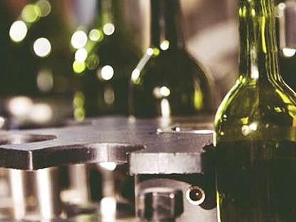 botellas de vino tinto en el proceso de comercialización
