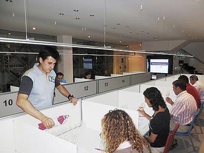 experto sirviendo vino en una formación para la IGP Vino de la Tierra de Castilla y León