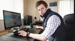 trabajador de empresa agroalimentaria aburrido frente al ordenador realizando trámites burocráticos