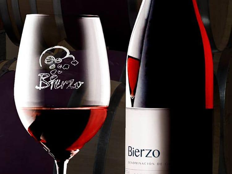 botella de vino con copas tinto de denominación de origen el bierzo