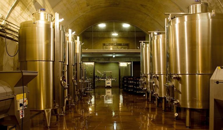 depósitos de fermentación en una bodega correctamente montada