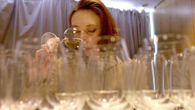 conjunto de copas de vino blanco y una mujer catando diversos vinos blancos
