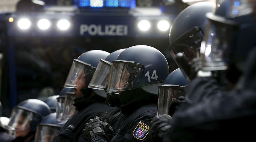 fotografía de policía actuando ante amenazas bioterroristas