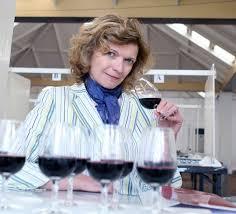 profesional catador con varias copas de vino tinto