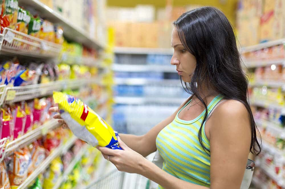 Fotolia_82801443_M_Woman_checking_food_labelling_Korta1000x666