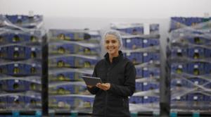 mujer con gorro en una empresa agroalimentaria